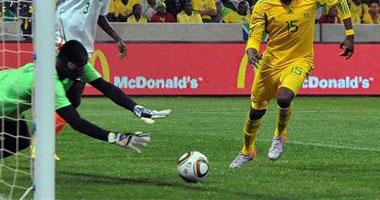 حارس النيجر يتصدى لإحدى هجمات جنوب أفريقيا فى مباراة الفريقين الأخيرة