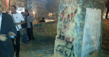 اهالى ثوره 25 يناير تحطم  النصب التذكارى فى ميدان التحرير