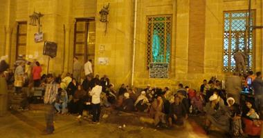 المئات ينتظرون إنشاد الشيخ ياسين التهامى بمولد الدسوقى
