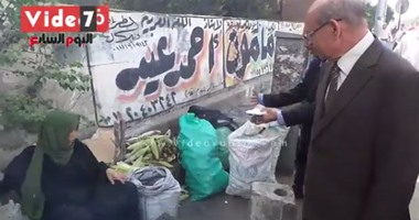 """بالفيديو.. محافظ الجيزة لـ""""بائعة ذرة"""" بشارع الهرم: """"لمى الدور شوية"""""""