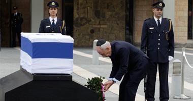الرئيس الإسرائيلى يضع إكليل زهور على نعش شارون أمام الكنيست