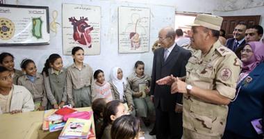 قائد المنطقة العسكرية المركزية يوزع أدوات مدرسية على التلاميذ بالجيزة