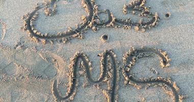 بالصور الكتابة على الرمل أحدث أفكار صور الزواج اليوم السابع