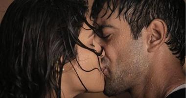 """""""قبلة"""" نجمى بوليوود شارادا داس وكارنفير شارما تستغرق""""نص يوم""""لتصويرها"""