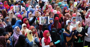 طالبات الإخوان بالأزهر يطلقن الألعاب النارية أمام كلية الطب