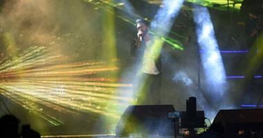 """تامر حسنى يشعل حماس جمهوره فى جامعة مصر بأغنية """"كل حاجة بينا"""""""
