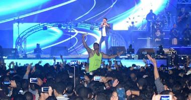 """تامر حسنى يبدأ حفله فى جامعة مصر بأغنية """"كل حاجة بينا"""""""