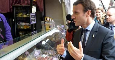 بالصور..ماكرون وزير اقتصاد فرنسا يزور سوقا تجاريا بالقرب من باريس