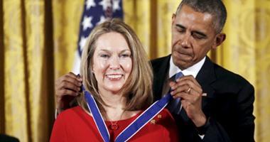 بالصور.. أوباما يمنح 17 شخصية أمريكية وسام الحرية الرئاسى