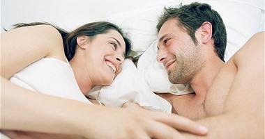 سبيه ينام جنبك يا فوزية.. أضرار لانفصال الأزواج أثناء النوم