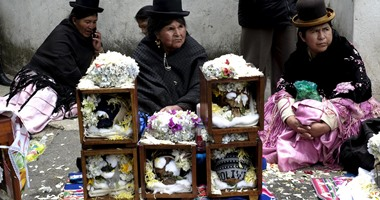 بالصور..فى يوم الجماجم..الأسر البوليفية تحتفل بهياكل ذويهم فى الشوارع