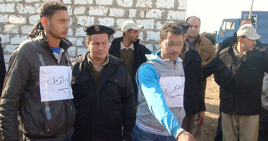 المتهمون أثناء تمثيلهم للجريمة أمام رجال المباحث