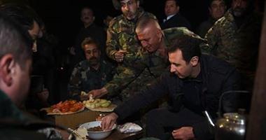 بالفيديو والصور..بشار الأسد يحتفل بالكريسماس ويتناول الفول وسط جنوده