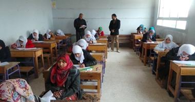 طلاب أولى ثانوى يبدأون امتحان الكيمياء ضمن الاختبارات التجريبية