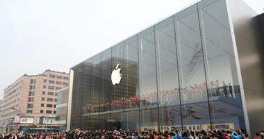 بالصور.. آلاف ينامون فى الشوارع منتظرين افتتاح متجر أبل الجديد بالصين
