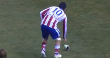 بالفيديو.. أردا توران يفقد أعصابه ويلقى حذاءه خارج الملعب