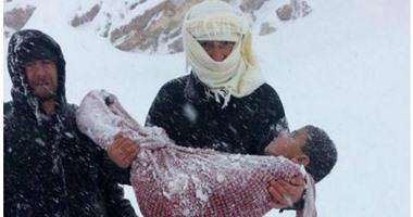 صورة تبكي العين دما أب سوري يحمل جثة ابنه وهو متجمدفي احدمخيمات اللاجئين صورة طفل متجمد