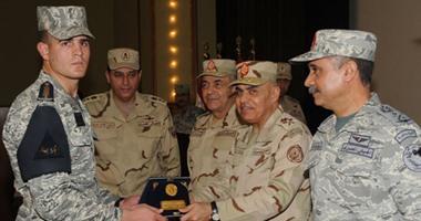 وزير الدفاع يلتقى طلبة الكلية الجوية ويؤكد: مقاتلون بمهام غير تقليدية