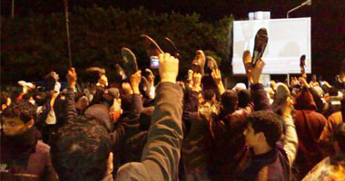 """الليبيون يردون على خطاب القذافى بـ""""الأحذية"""""""
