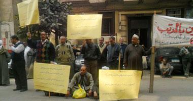 """بالصور.. عمال """"الشرق الأوسط"""" يتظاهرون أمام """"الوزراء"""" لصرف رواتبهم"""