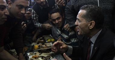 بالفيديو.. رئيس جامعة الأزهر والأساتذة يتناولون الغذاء مع الطلاب بمطعم المدينة الجامعية