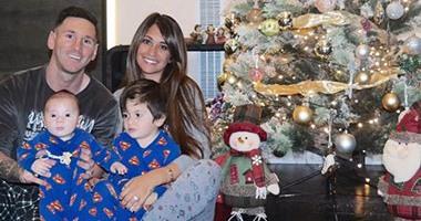 ميسي يحتفل بالكريسماس مع أبطاله الخارقين
