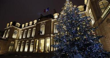 بالصور.. وصول شجرة الكريسماس إلى قصر الإليزيه بعد تأخر يوم
