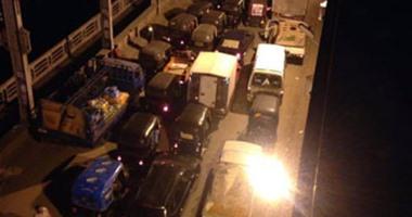 الأهالى ينظمون حركة المرور فى كوبرى سمنود بين محافظتى الدقهلية والغربية
