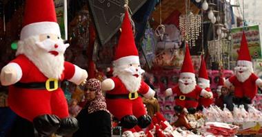 المصريون يستعدون لعيد الميلاد بأيقونات بابا نويل وأشجار الكريسماس