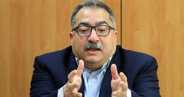 """إبراهيم عيسى ينشر صورة مع طاقم عمل فيلمه """"الضيف"""""""
