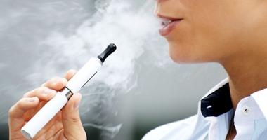 غموض حول إصابة العشرات بمرض مرتبط بالسجائر الإلكترونية بـ14 ولاية أمريكية