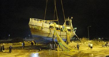 بالصور رافعات هيئة القناة تنجح انتشال سفينة غارقة ببورسعيد