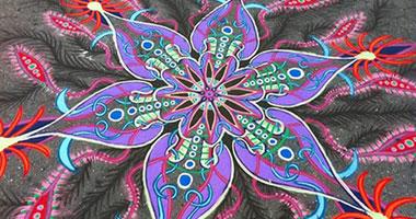 لوحات فنية بالرمال علي الارصفة