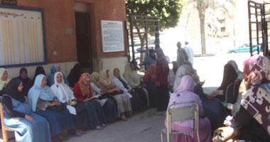 موظفو مستشفى الهلال الأحمر بالجيزة يقطعون شارع الهرم