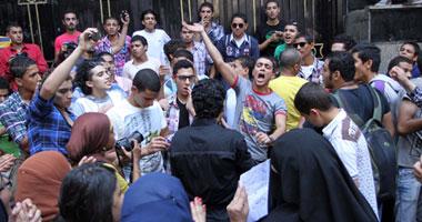 طلاب الشهادات المعادلة يقطعون شارع