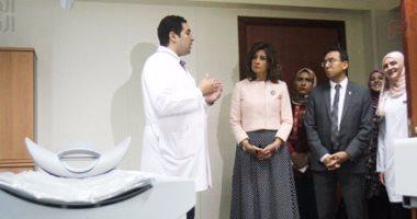 بالصور.. مدير مستشفى بهية يعرض على وزيرة الهجرة فكرتها ورسالتها