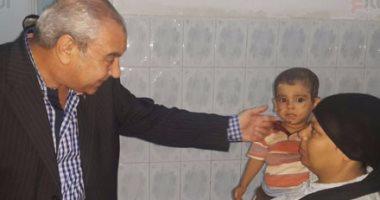 اللواء طارق نصر يداعب أحد الأطفال المصابين