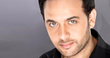 بالصور نرصد ملامح رحلة مصطفى قمر مع الجيتار والأغنية فى عيد