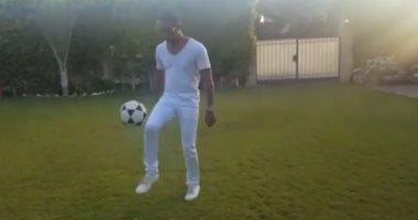 """محمد رمضان يستعرض مهاراته فى كرة القدم داخل قصره على """"إنستجرام"""""""