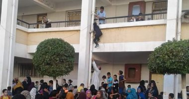 طفل يتسلق مواسير المياه بالمدرسة