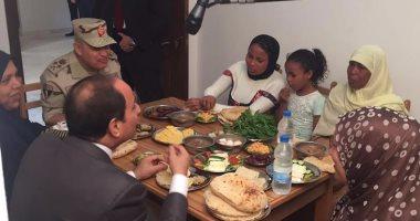 بالصور. السيسي يتناول الإفطار مع أسرة بسيطة بغيط العنب