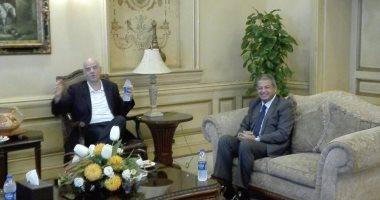 رئيس الاتحاد الدولي لكرة القدم يصل القاهرة وَعَبَد العزيز يُستقبله بالمطار