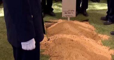 لحظة دفن بيريز وموارته الثرى