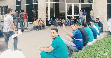 بالصور.. إضراب جزئى بمستشفيات جامعة الفيوم