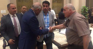 بالصور.. رئيس البرلمان يصافح النواب أثناء تواجده بالبهو الفرعونى