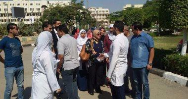 نقيبة التمريض تزور ممرضى جامعة الفيوم لحل مشكلاتهم