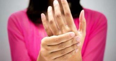 تنميل اليد عند الاستيقاظ من النوم.. قد يكون علامة على نقص فيتامين ب12