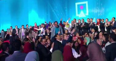 """بالفيديو.. شباب مؤتمر شرم الشيخ يلتقطون صورا تذكارية مع """"حمدتو"""""""