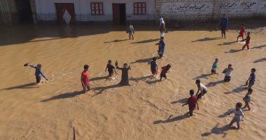 أطفال قرية الحاجر بسوهاج يلهون فى مياه السيول