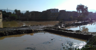 بالصور.. مياه السيول تجتاح قرية الحاجر بساقلته شرق سوهاج